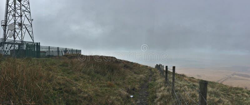 高在看在顶端视图,多云/有薄雾的天,照片期间的小山拍在英国 免版税库存图片