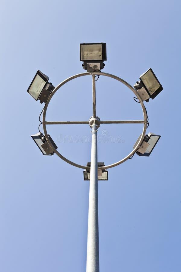 高在蓝天背景的面具灯柱 图库摄影