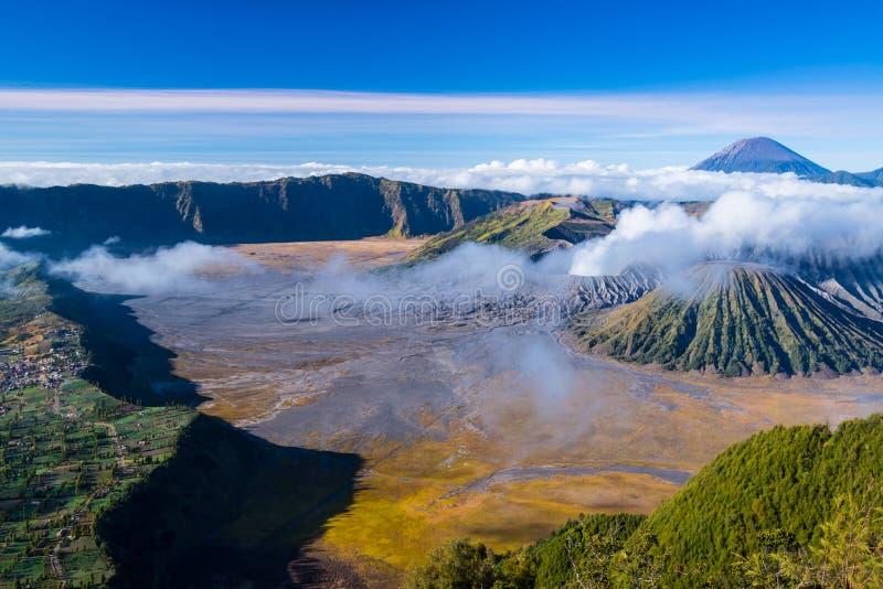 高地村民和活跃vulcano在Bromo腾格尔nat的塞梅鲁火山 免版税库存图片