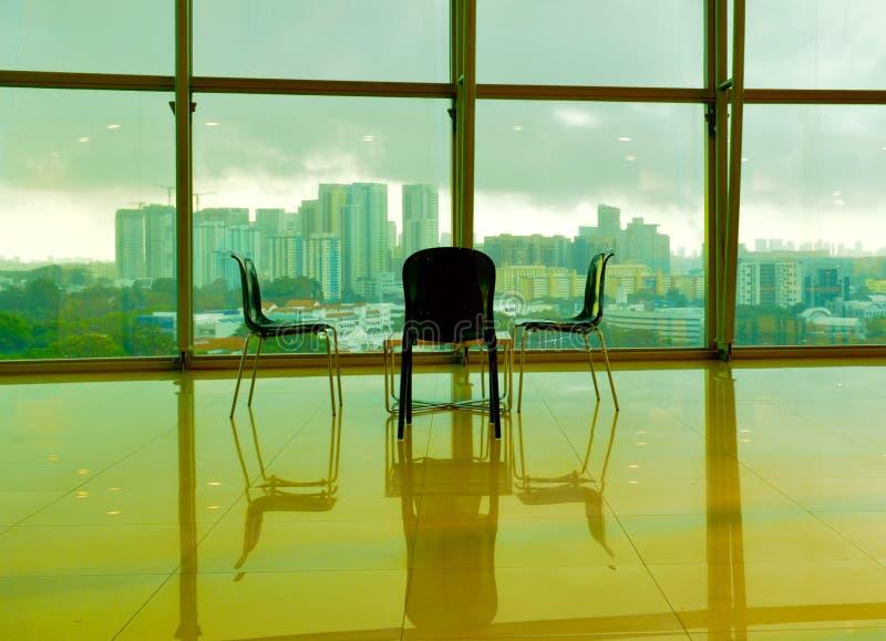 高地板办公室和五颜六色的天空 免版税图库摄影