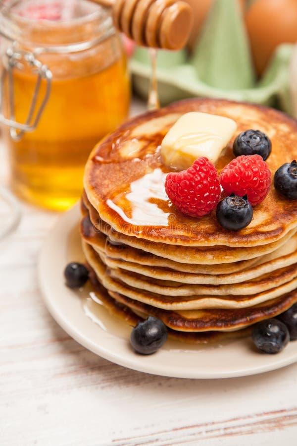 Download 高堆可口薄煎饼 库存照片. 图片 包括有 点心, 槭树, 可口, 来回, 背包, 蓝莓, 面粉, 鸡蛋, 蜂蜜 - 62536074