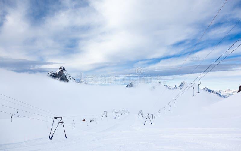 高处倾斜和滑雪吊车在策马特滑雪区域 库存图片