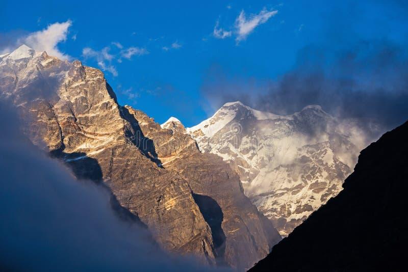 高处峰顶喜马拉雅山温暖的口气晚上视图  库存图片