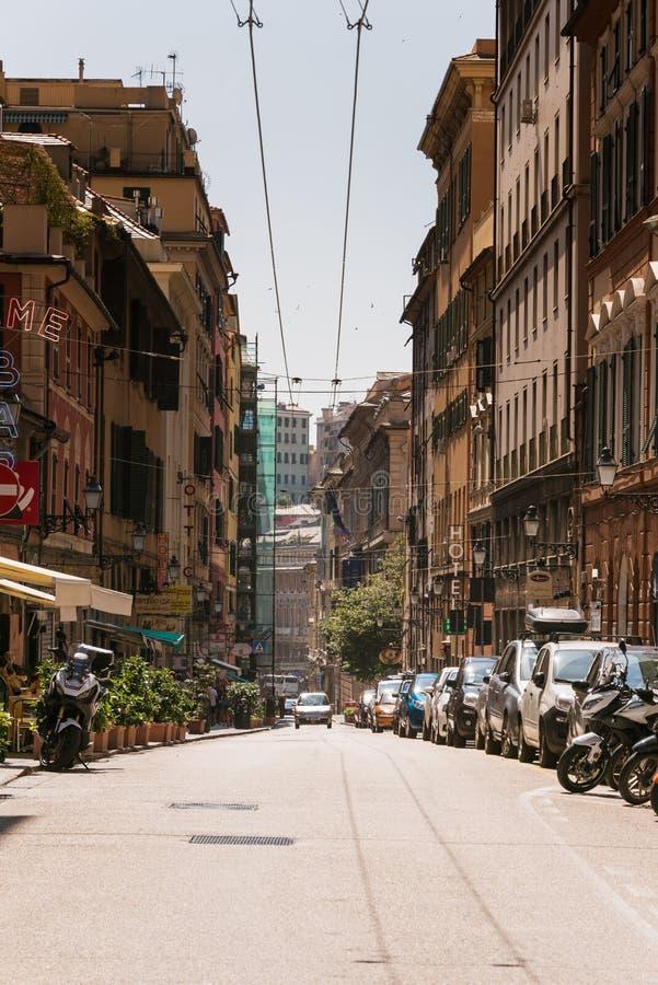 高大厦和停放的汽车和摩托车 街道通过Balbi在热那亚,意大利 免版税库存照片