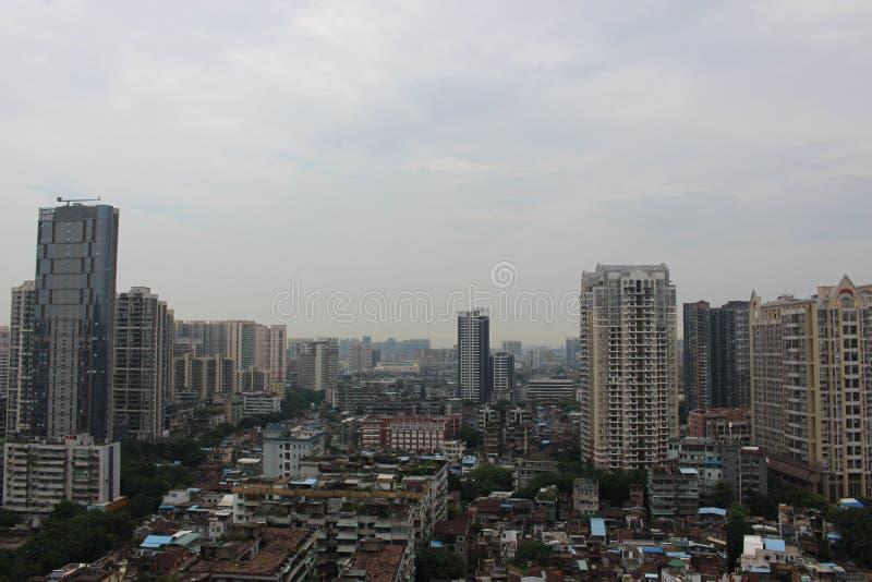 高大厦在恶劣的住宅区 免版税库存照片