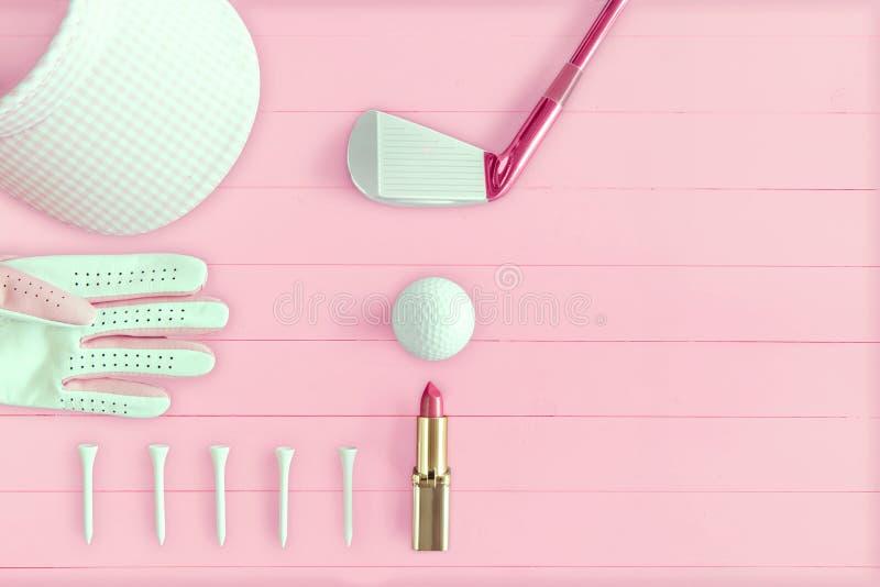 高尔夫俱乐部、高尔夫球、高尔夫球手套、发球区域和高尔夫球遮阳在桃红色木 库存例证