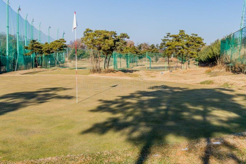 高尔夫球区在一个明亮的晴天 库存照片