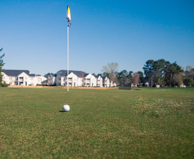 高尔夫球和旗子 图库摄影