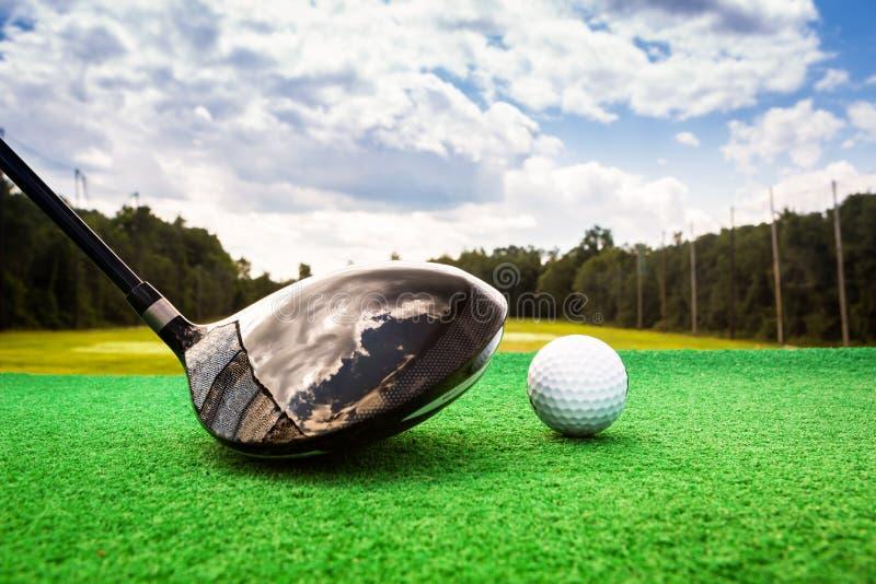 高尔夫球和高尔夫球木头的特写镜头 库存照片