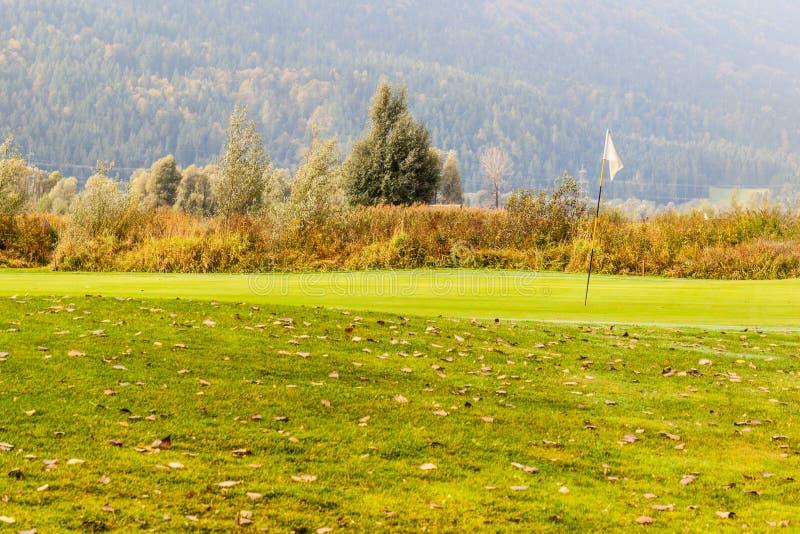 Download 高尔夫球在秋天 库存照片. 图片 包括有 绿色, 小山, 秋天, 目标, 草甸, 休闲, beautifuler - 62530010