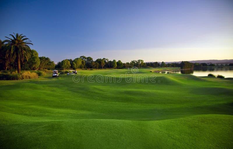 高尔夫球场和儿童车 库存图片