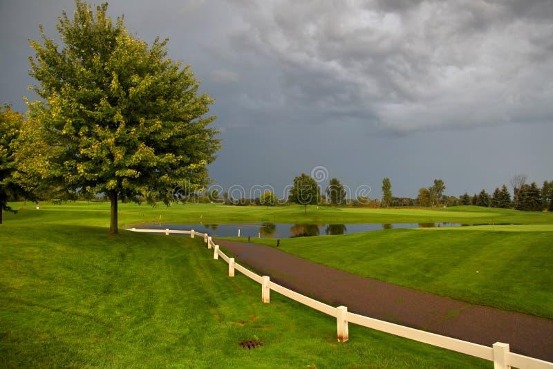 高尔夫球场在一风暴日 库存照片