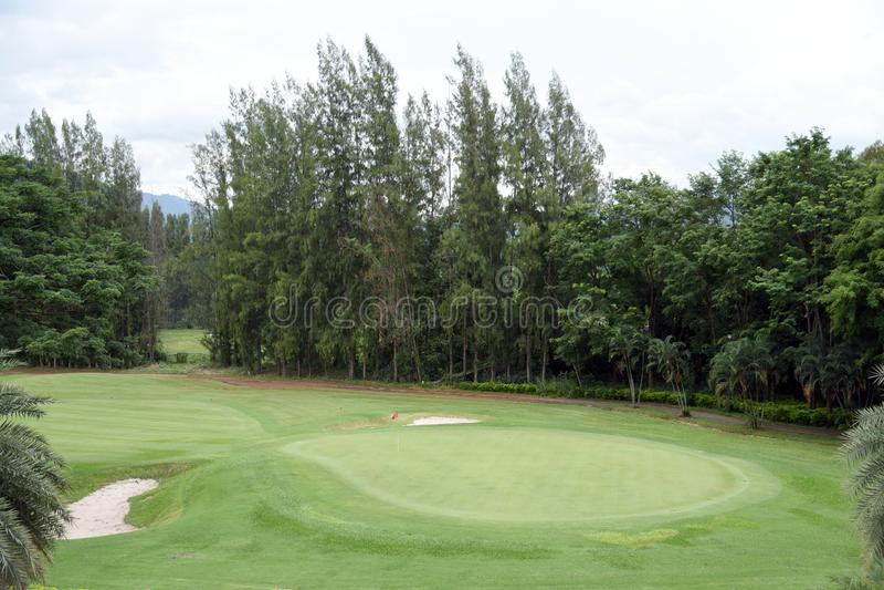 高尔夫球场在乡下 打在高尔夫球场的高尔夫球 免版税库存照片