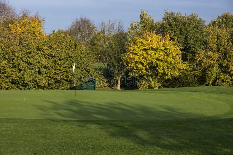 高尔夫球场在秋天 免版税图库摄影