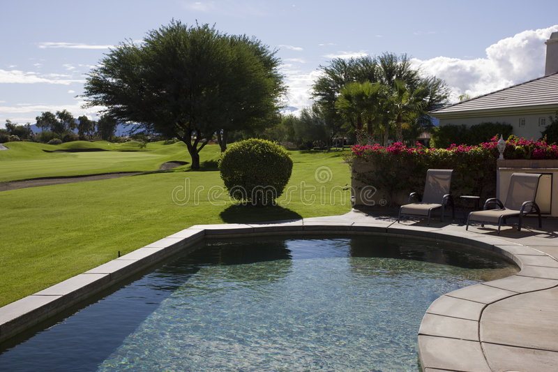 高尔夫球场游泳池 免版税库存照片