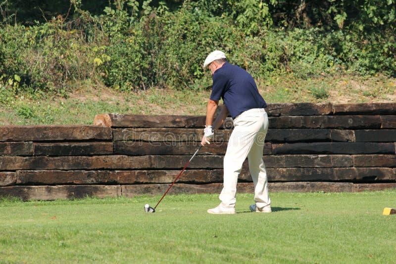 高尔夫球场的未认出的球员 免版税库存照片