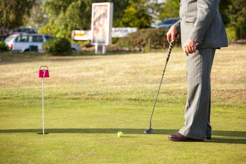 高尔夫球场的更老的绅士 库存照片