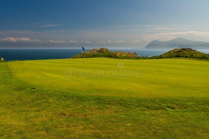 高尔夫球场高尔夫球区海在背景中 免版税图库摄影
