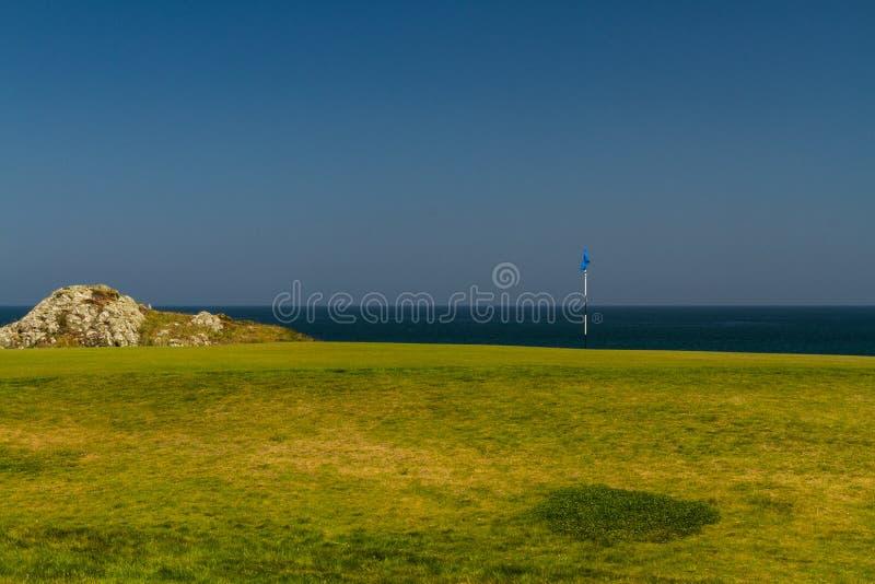 高尔夫球场高尔夫球区海在背景中 库存照片