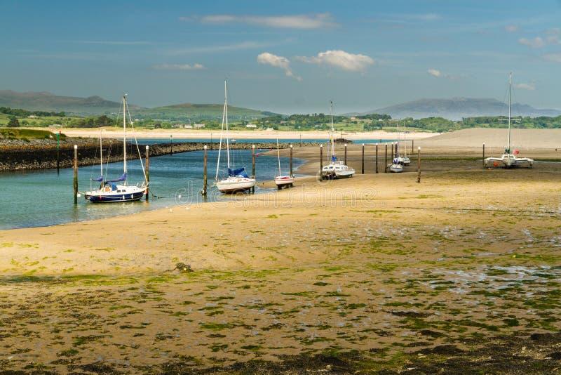 高尔夫球场高尔夫球区海在背景中 免版税库存图片