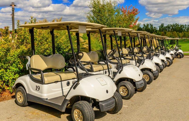 高尔夫球场高尔夫车线 图库摄影