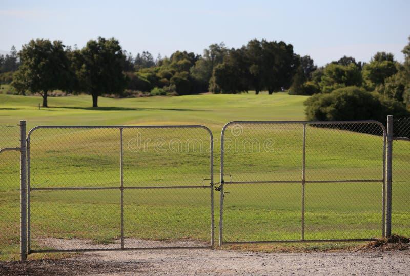 高尔夫球场 对私有区域的入口是闭合的 私有财产没有词条 图库摄影