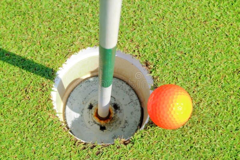 高尔夫球孔和球鸟瞰图在绿色高尔夫球场 图库摄影
