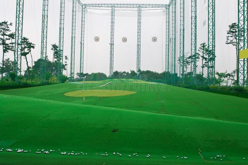高尔夫球范围射击 免版税库存图片
