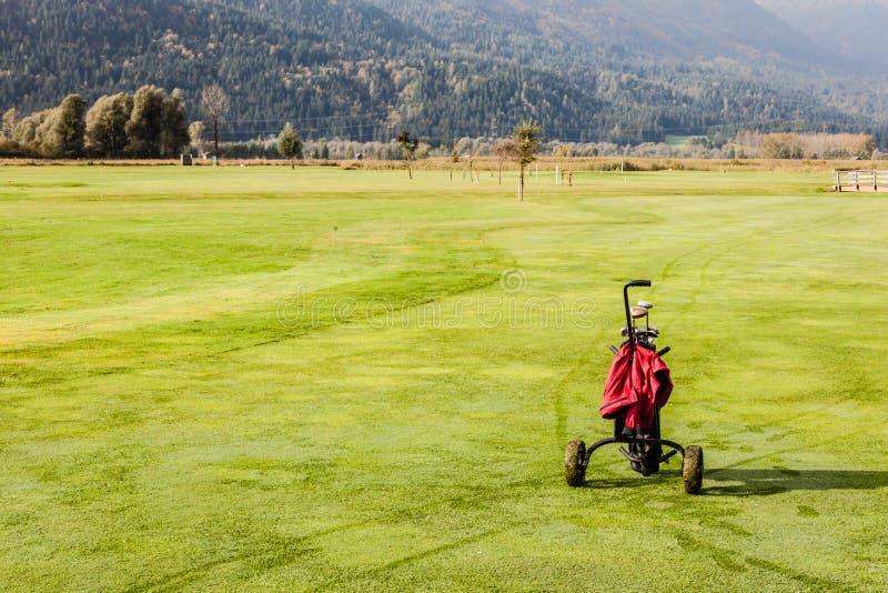 Download 高尔夫球袋在高尔夫球场 库存图片. 图片 包括有 休闲, 俱乐部, 外面, 高尔夫球, 诱饵, 消耗大, 小型运车 - 62529629