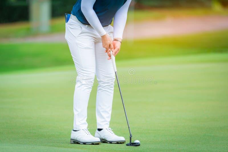 高尔夫球运动员准备高尔夫球由从发球区域高尔夫球竞争比赛的高尔夫俱乐部 库存照片