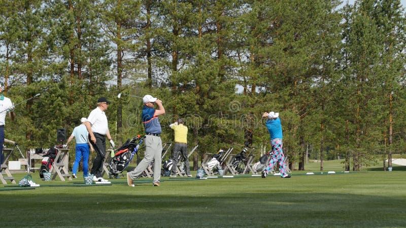 高尔夫球运动员在夏天击中了详尽的高尔夫球场 高尔夫球比赛  免版税库存照片