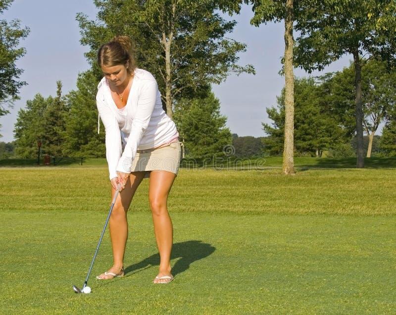 高尔夫球运动员夫人被晒黑 免版税库存照片