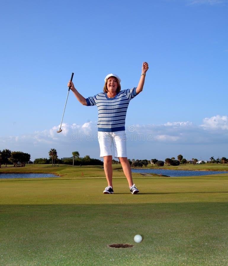 高尔夫球运动员愉快的妇女 免版税库存照片