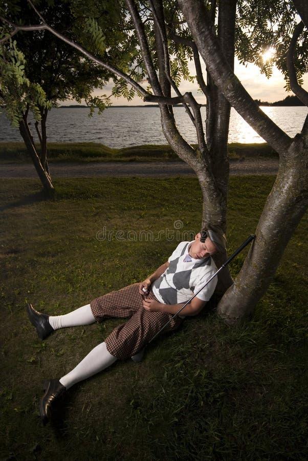 高尔夫球运动员疲倦的休息采取 图库摄影