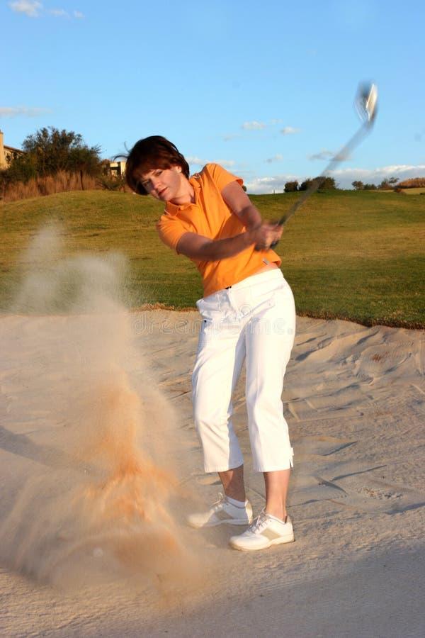 高尔夫球运动员砂槽妇女 免版税库存图片