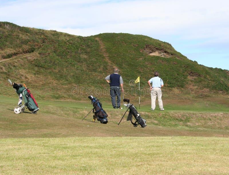 高尔夫球运动员等待 免版税库存图片