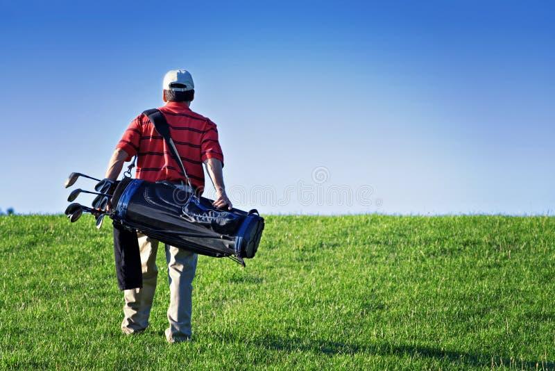 高尔夫球运动员走 免版税库存照片