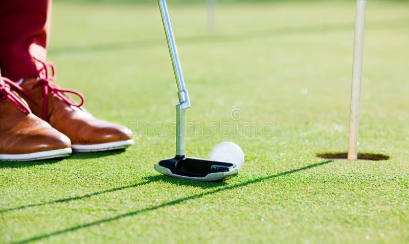 高尔夫球运动员他击中球 库存照片
