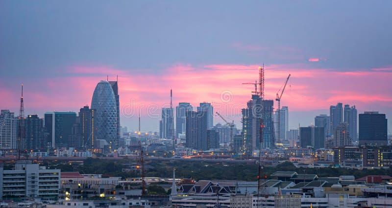 高层办公大楼曼谷的市中心 在黎明,从天空的光橙色 库存照片