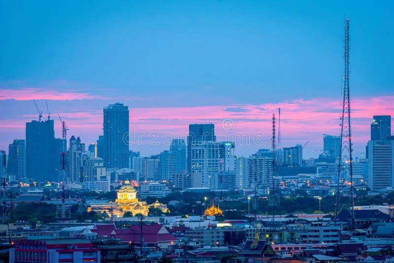 高层办公大楼曼谷的市中心 在黎明,从天空的光蓝色和橙色 免版税库存照片