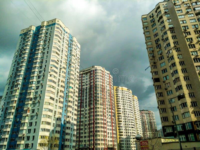 高层建筑物和词技术在云彩 免版税库存照片