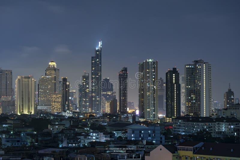 高层建筑物在首都泰国曼谷办公室从大厦的区域夜光 库存照片