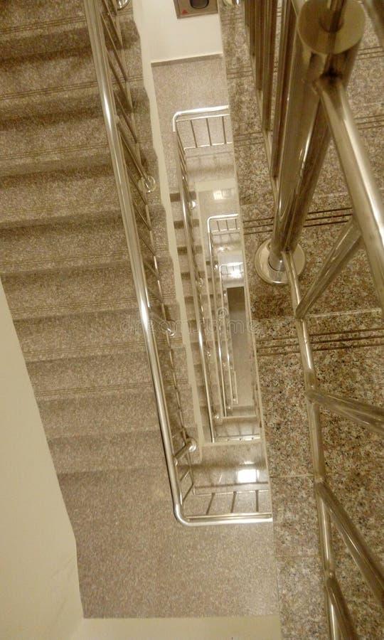 高层建筑物楼梯顶视图与tred的和造反者 免版税图库摄影