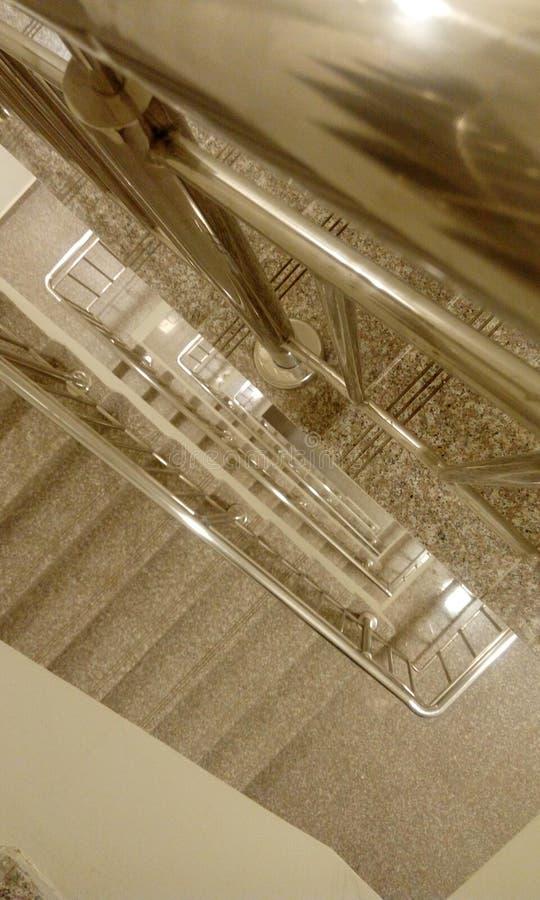 高层建筑物楼梯顶视图与tred的和造反者 图库摄影