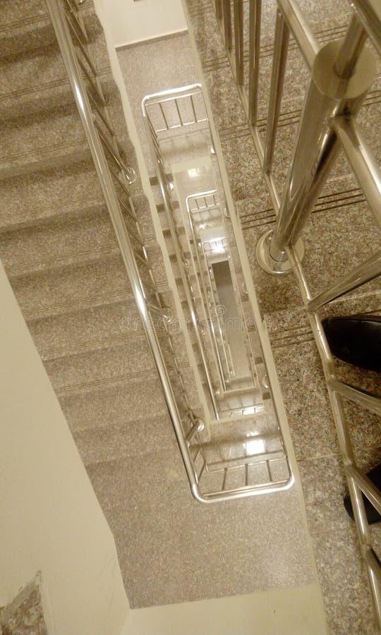 高层建筑物楼梯顶视图与tred的和造反者 库存照片
