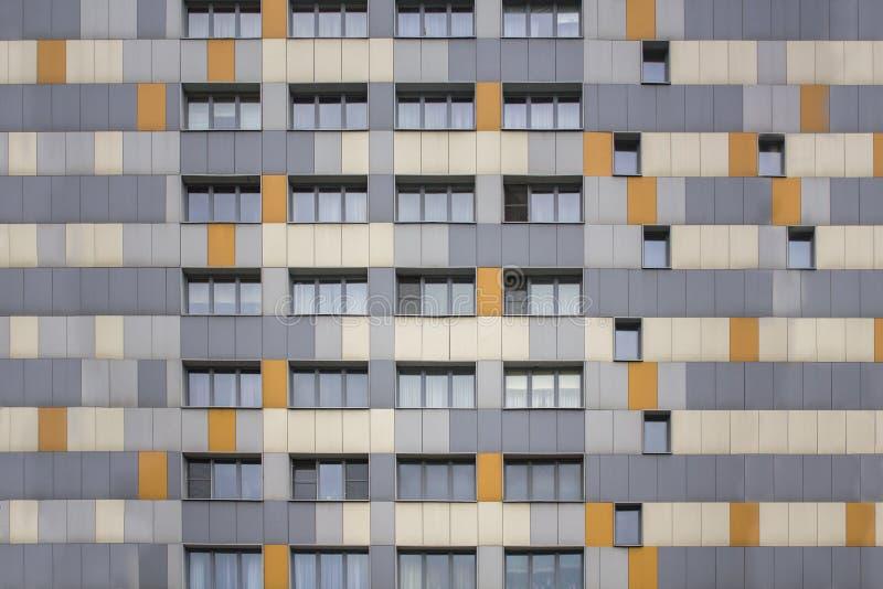 高层现代大厦的明亮的多彩多姿的门面与窗口的 免版税图库摄影
