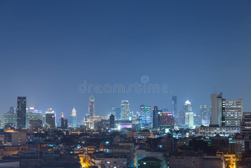 高层建筑物在街市曼谷在晚上 免版税库存图片