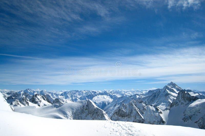 高山下雪在冬天之下 库存图片
