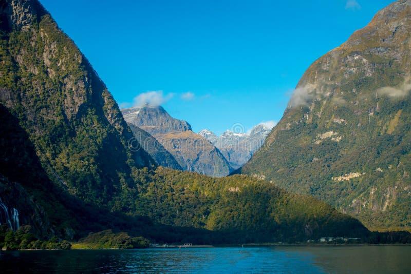 高山冰川风景在milford sound的有一个美丽的湖的,在南岛在新西兰