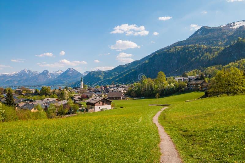 高山奥地利镇StGilgen美丽的景色Wolfgangsee的 免版税库存图片